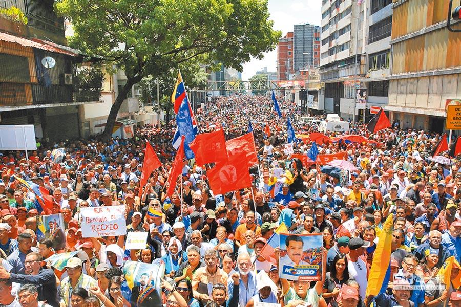 總統馬杜羅號召支持者在首都卡拉卡斯集會。(路透)