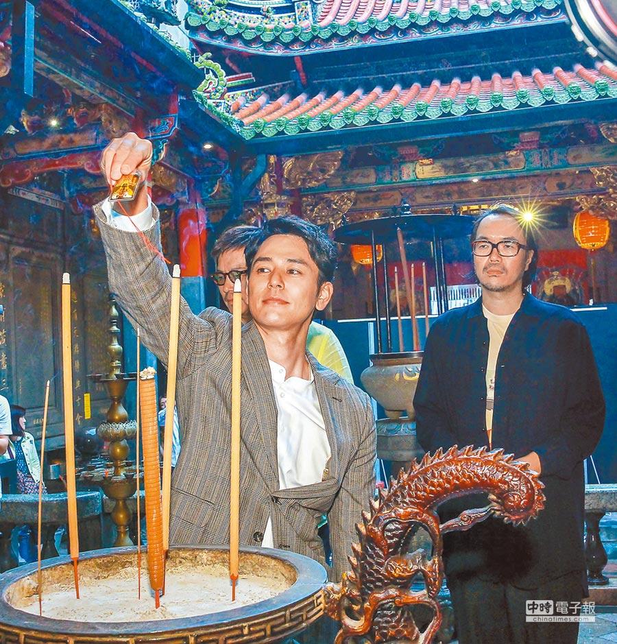 妻夫木聰昨入境隨俗學習台灣廟宇文化。(盧禕祺攝)
