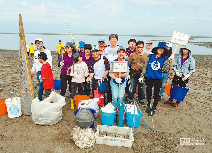 富宇建設日前舉辦企業志工日淨灘活動,讓海岸線恢復美麗樣貌。圖/黃繡鳳