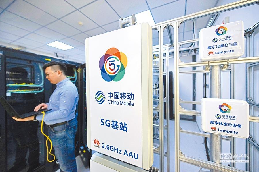 3月21日,工作人員在中國移動5G聯合創新中心天津開放實驗室進行設備調試。(中新社)