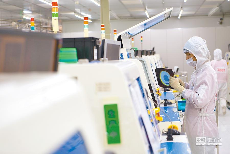 位於江西南昌高新區的晶能光電員工在檢查製作矽襯底晶片所用的圓片。(新華社資料照片)