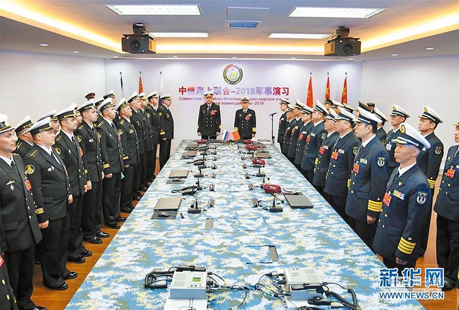4月29日,中方總導演、大陸海軍副司令員邱延鵬(右)與俄方總導演、俄羅斯海軍副總司令維特科在軍事演習開幕式上。(新華社)