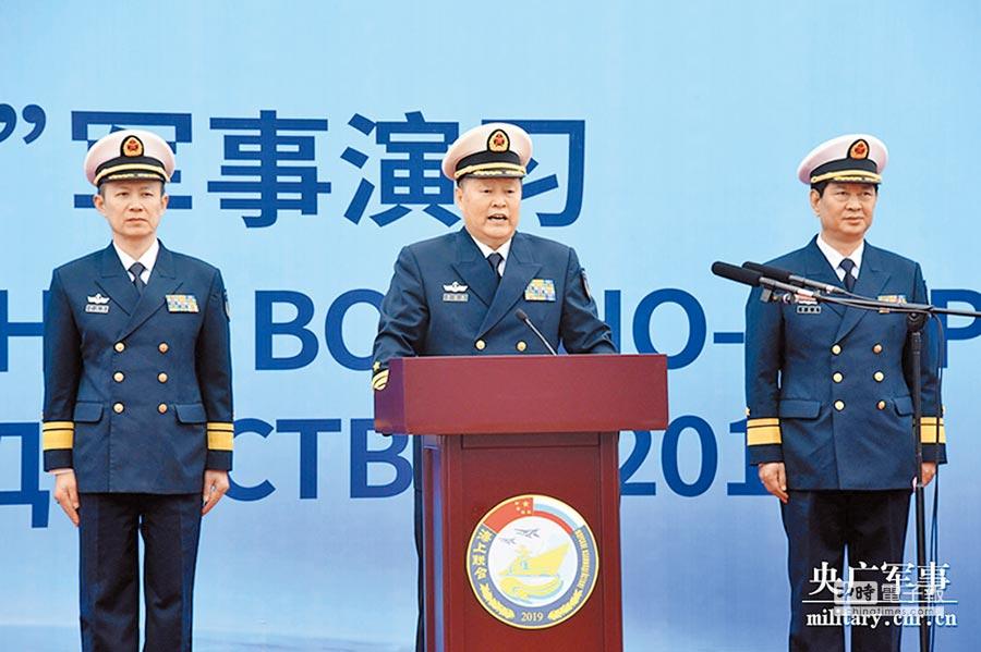 演習中方總導演、大陸海軍副司令邱延鵬中將上台致辭。(央廣軍事)
