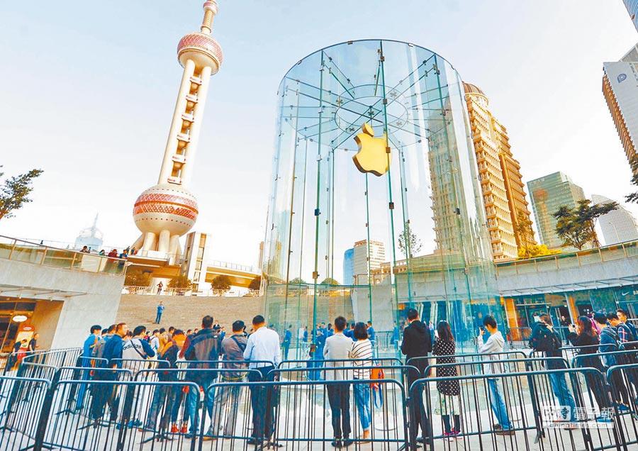 消費者在上海浦東一家蘋果手機專賣店門前排隊。(新華社資料照片)