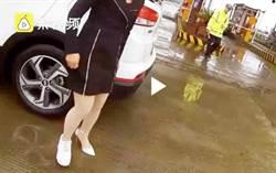 長髮女穿「兩種鞋」開車 撒嬌討饒仍吃罰單