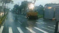 天雨路滑砂石車水漂 閃過加油站撞斷電桿