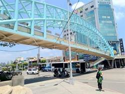 台中公園自由雙十路口天橋展現新風貌