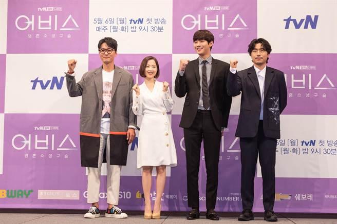 《深淵》由李成宰(左起)、朴寶英、安孝燮和李施彥主演。Netflix提供