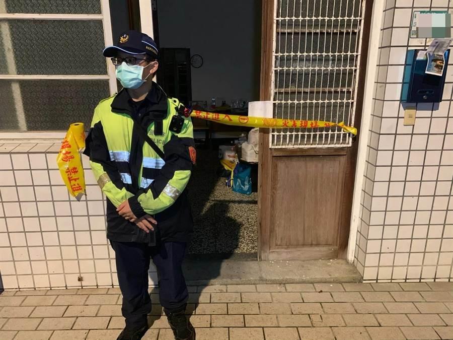一對夫妻被發現在新北市新店區新烏路2段租屋處內燒炭身亡,警方獲報在現場拉起封鎖線。(葉書宏翻攝)