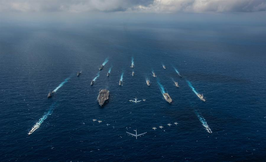 雷根號航母打擊群與日本海上自衛隊直昇機母艦編隊,聲勢浩大地在菲律賓海域聯合舉行航行自由行動。(圖/美國海軍)
