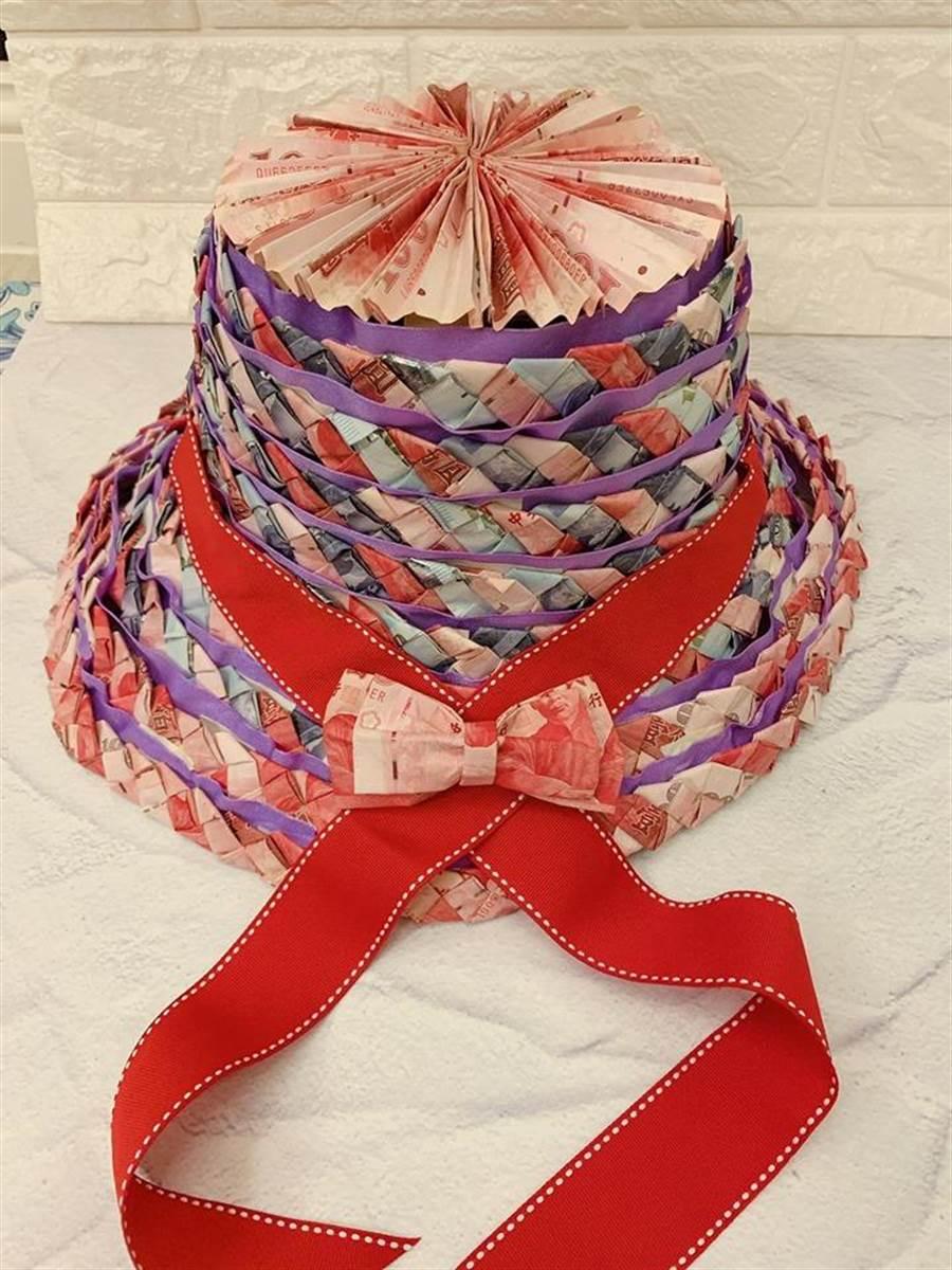 原PO媽媽送給阿嬤的母親節禮物,是純手工編織的「真鈔帽」 (圖/翻攝自爆廢公社)