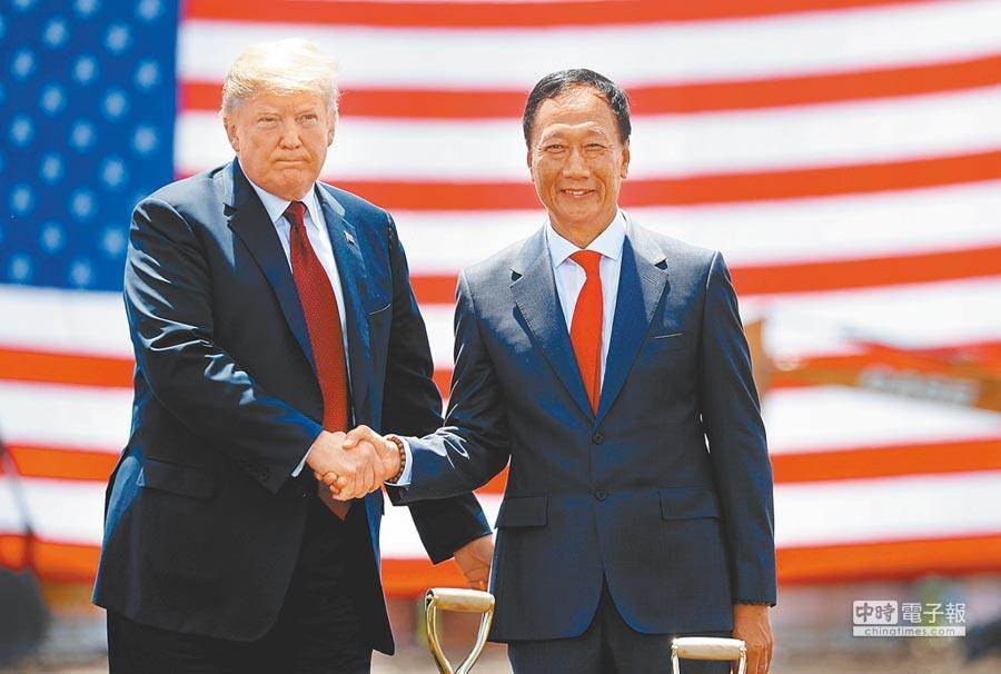 鴻海集團董事長郭台銘和美國總統川普。圖為兩人在去年六月會面時握手。(路透)
