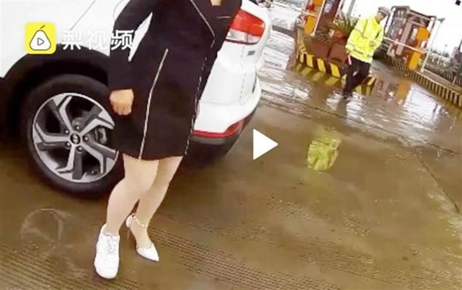 女駕駛因左腳高跟鞋、右腳平底鞋開車吃罰單。(圖/翻攝自《梨視頻》)