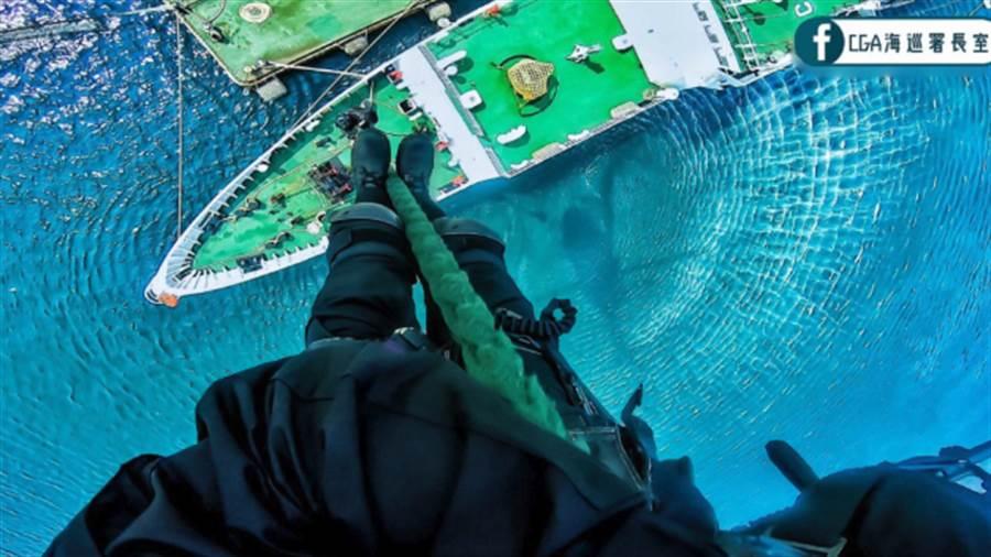 海面空中垂降讓你雙腳「皮皮挫」。(圖/CGA 海巡署長室)