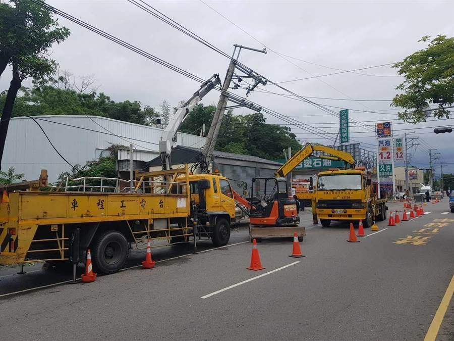 台電工程人員進場搶修被撞斷的電桿及線路。(王文吉翻攝)