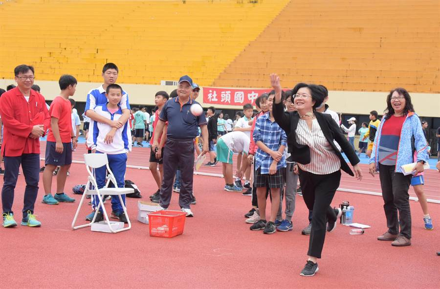 彰化縣體育嘉年華會3日上午在縣立體育場熱鬧登場,縣長王惠美示範擲球。(吳敏菁攝)