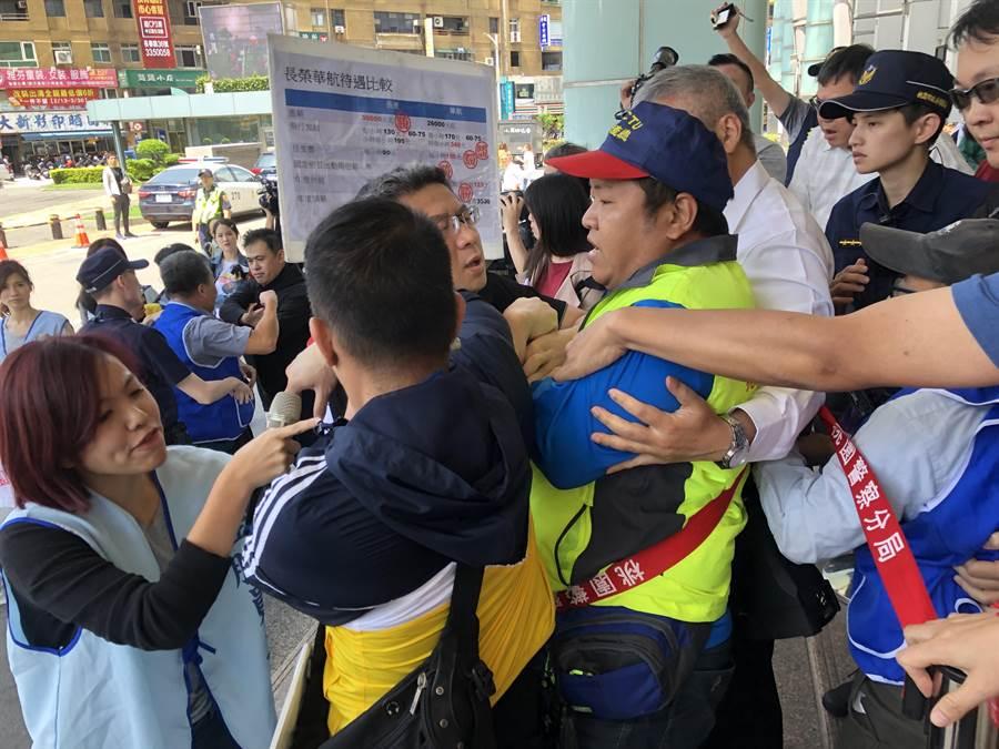 應援工會和警方發生嚴重肢體衝突。(蔡依珍攝)