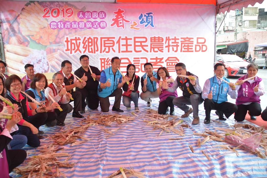 秀林鄉公所今天在重慶市場舉辦春之頌開幕活動,邀請民眾一起體驗剝桂竹筍。(張祈攝)