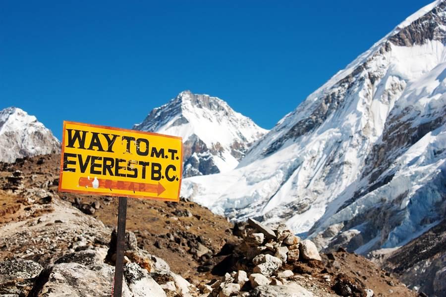 路標上寫著「通往聖母峰之路」。(達志影像/Shutterstock)
