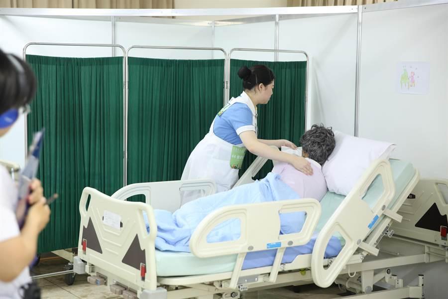 勞動部調高職災勞工補助,看護補助由每月11700元調高為12400元(示意圖)。(資料照/勞動部提供)