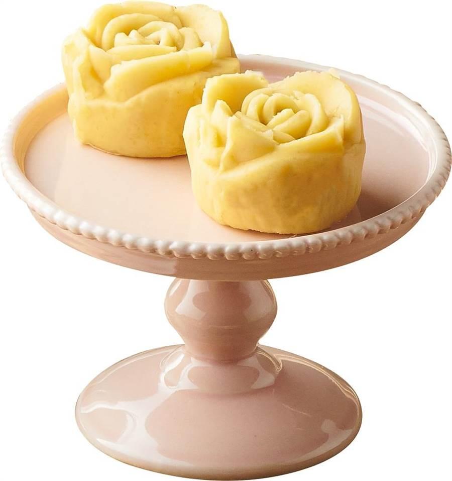 全聯We Swee玫瑰綠豆糕,選用上等綠豆磨成綠豆黃,滴水未加,包覆紅豆泥,再經過師傅巧手雕琢成精緻玫瑰,2入/100g/盒,39元。(全聯提供)