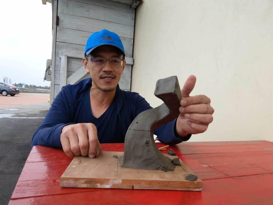 業餘雕塑家宋政偉泥塑處理《720度》模型。(范振和攝)