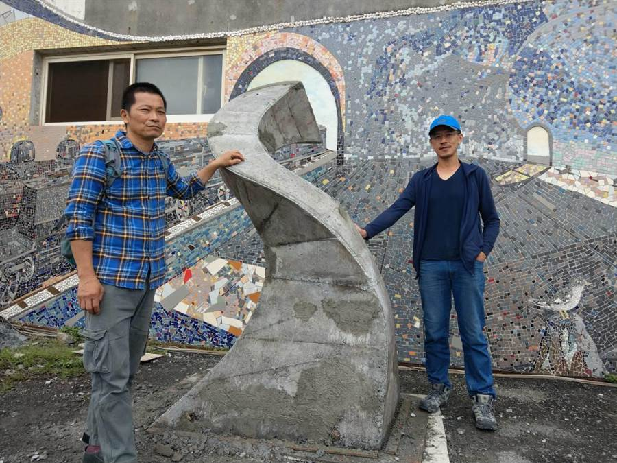 雕塑家宋政偉(右)與鐵雕家侯泰安(左)合作完成《720度》。(范振和攝)