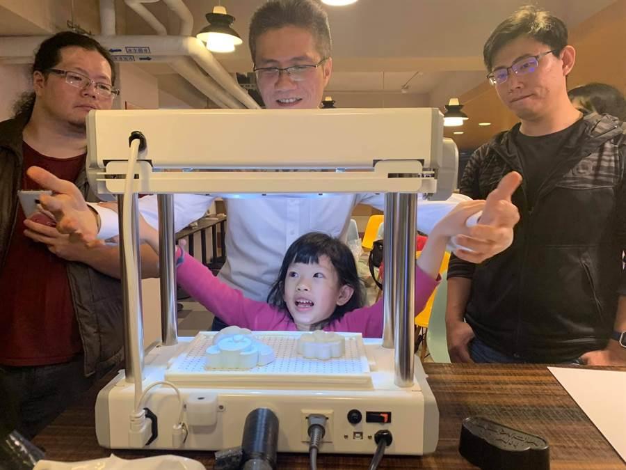 邁雅設計創辦人史承彥(中)研發桌上型智慧真空成型機「FORMART」。(呂筱蟬攝)