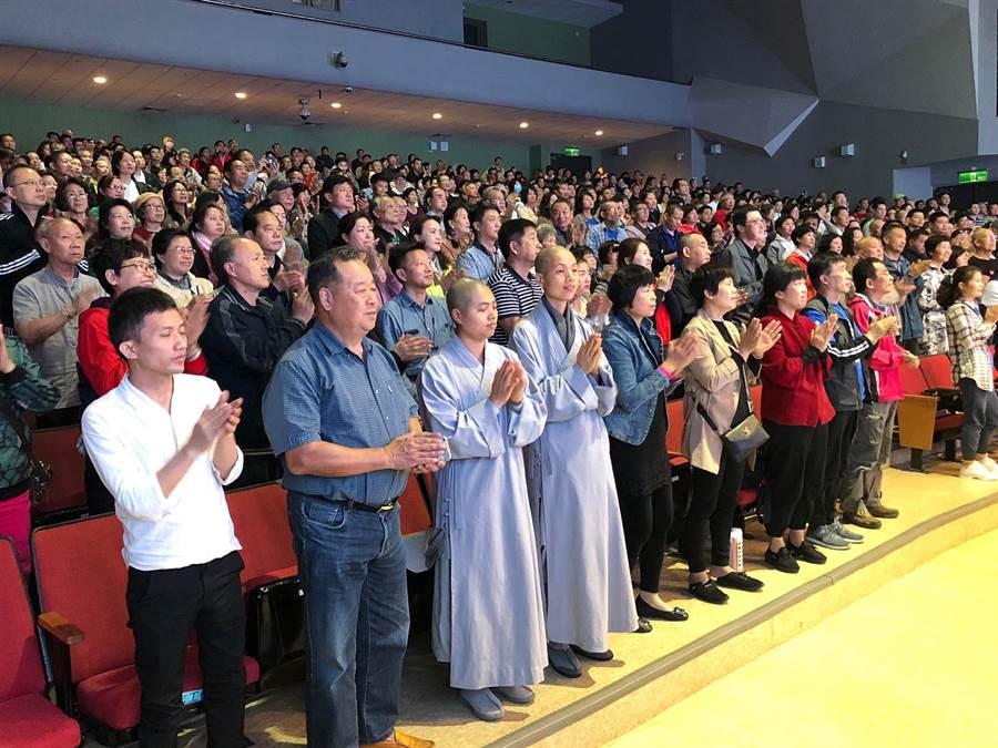 滿場聽眾起立向張釗漢醫師致敬,場面溫馨熱鬧。(李金生攝)