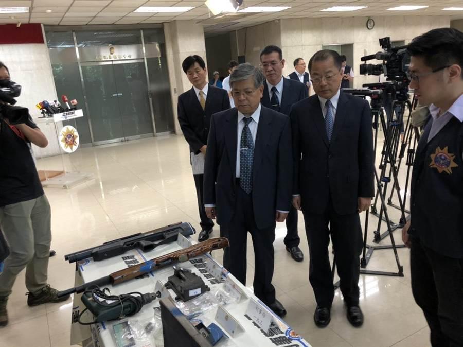 刑事局长黄明昭与高检署主任检察官何明祯检视查缉成果。