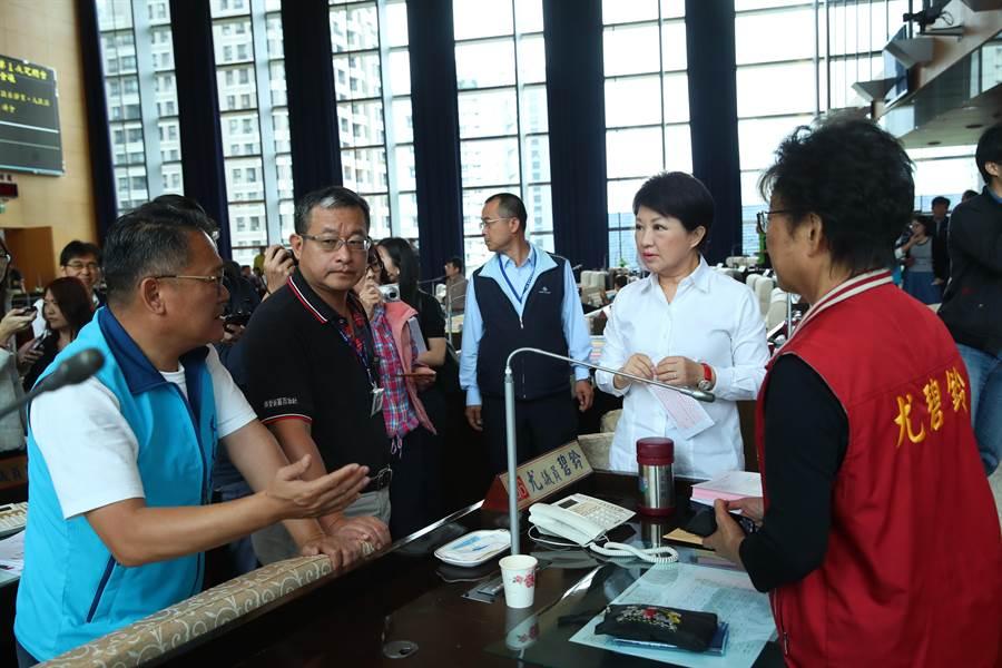 台中市長盧秀燕重大政見之一,恢復老人健保補助,拚7月實施增添變數。(盧金足攝)