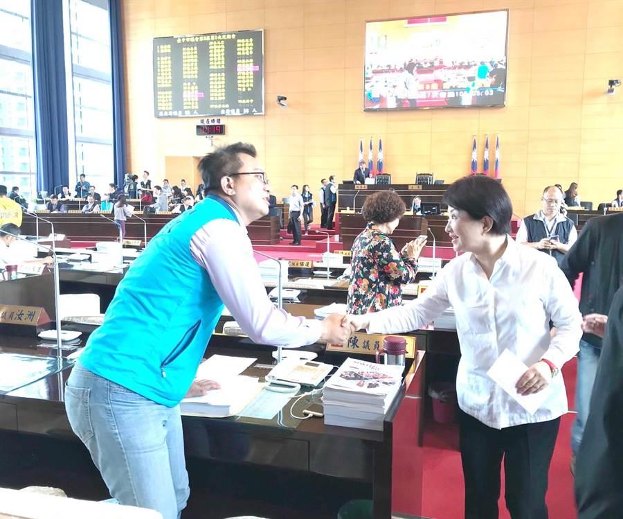 台中市長盧秀燕(右)全力推動恢復老人健保補助,提出7.28億追加預算案,爭取議員支持。(盧金足攝)