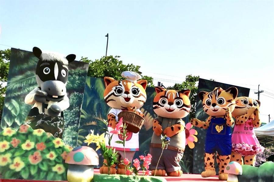 在台中花博擔任吉祥物的「石虎家族與歐米馬」求新職,經市長盧秀燕面試後轉任「城市吉祥物」。(盧金足攝)