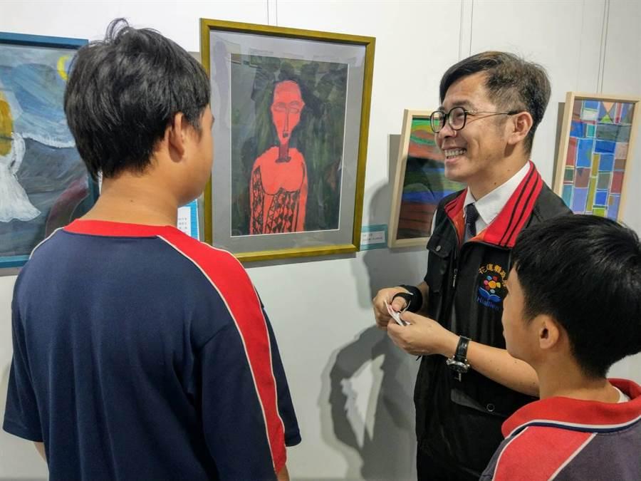 特教生向花蓮縣政府課程督學胡智翔(右)說明自己的畫作。(范振和攝)