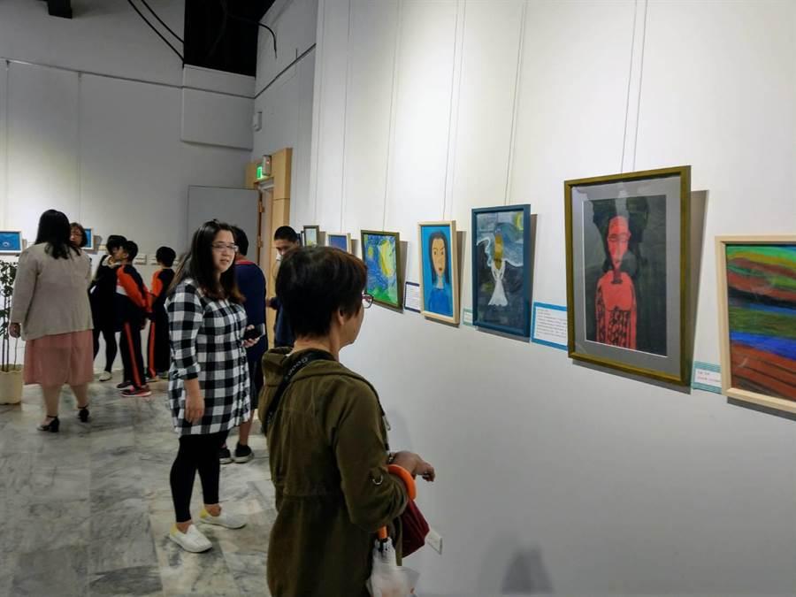 花蓮畫家林玉英與特教生聯合美展,引來不少人前往觀賞。(范振和攝)