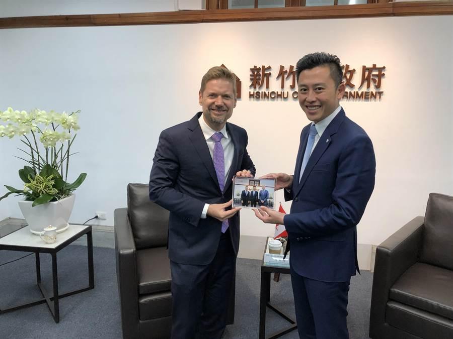 加拿大駐台北貿易辦事處代表芮喬丹(左)近日拜會新竹市長林智堅,林智堅也力邀加國新創公司進駐,參與竹市2020年將舉辦的台灣設計展。(陳育賢攝)
