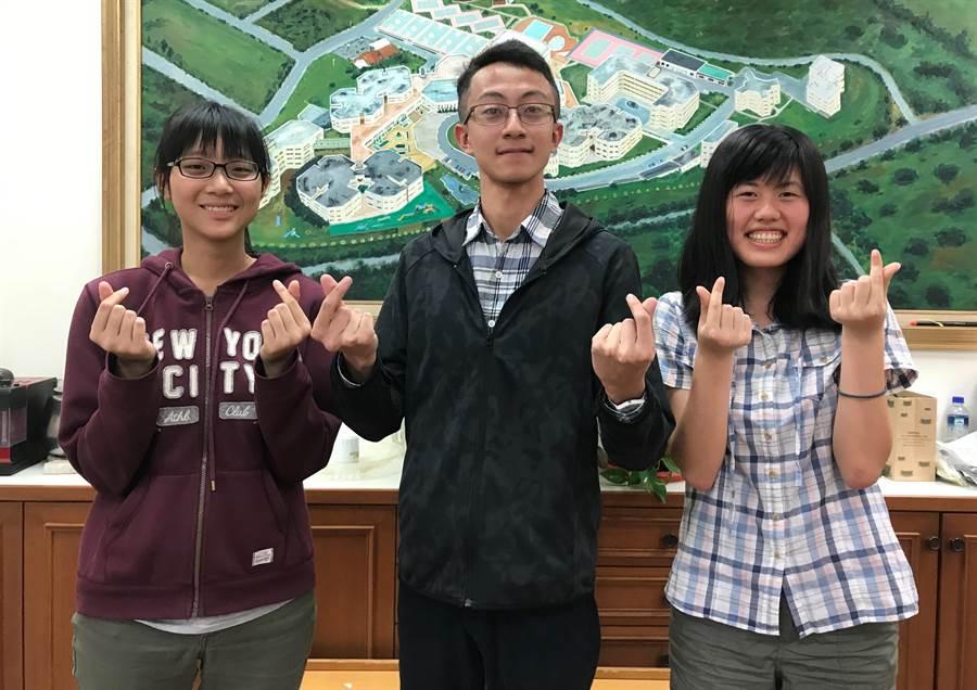 實驗高中今年分獲錄取台大外文、電機以及醫學系的陳俊璉、林棋竣、胡芳瑜。(陳育賢攝)