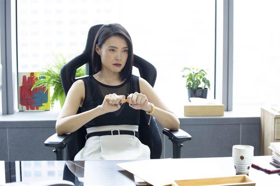 曾珮瑜在《最佳利益》使壞演反派蔡妙如,搞職場鬥爭。(中天提供)