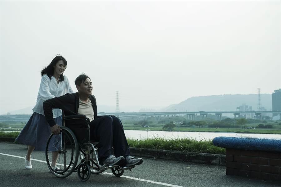 邱偲琹(左)與鄭人碩在片中有許多精采的對手戲。