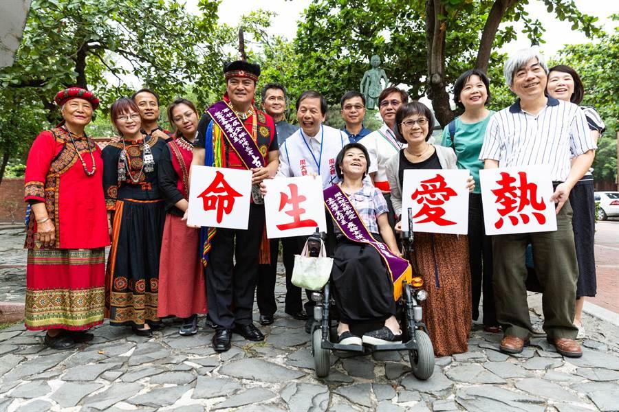 周大觀文教基金會表揚熱愛生命獎及獎學金得主。(袁庭堯攝)