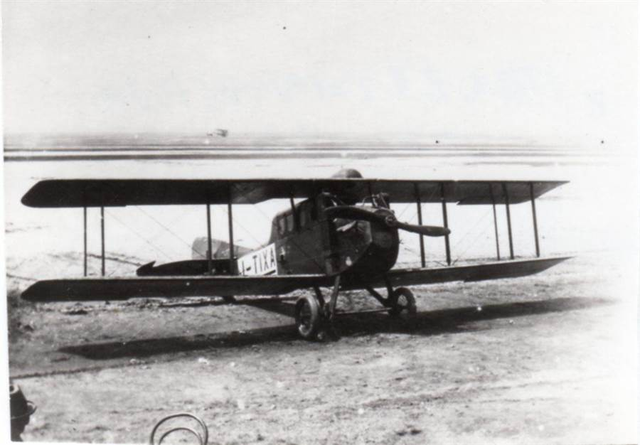 1923年謝文達開著全台集資兩萬元訂購的台北號,在東京上空為台灣議會的設立請願,撒下五萬張傳單。(影想文化藝術基金會提供)