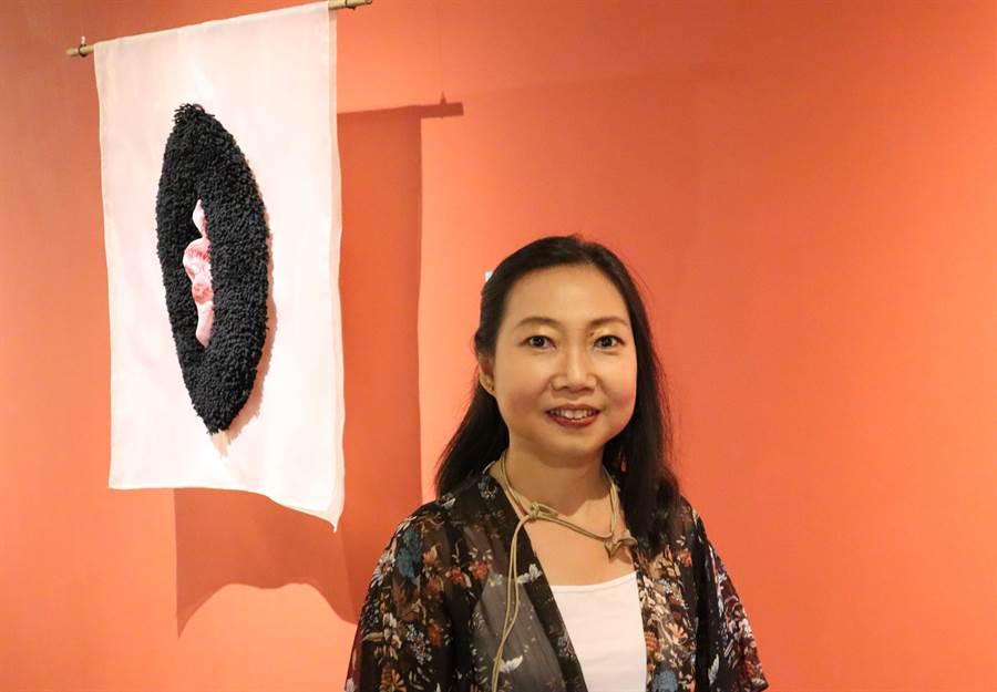 新營文化中心「女子好搖擺:女性主題創作特展」,印尼藝術家Nia Gautama與其討論女性議題的作品。(劉秀芬攝)