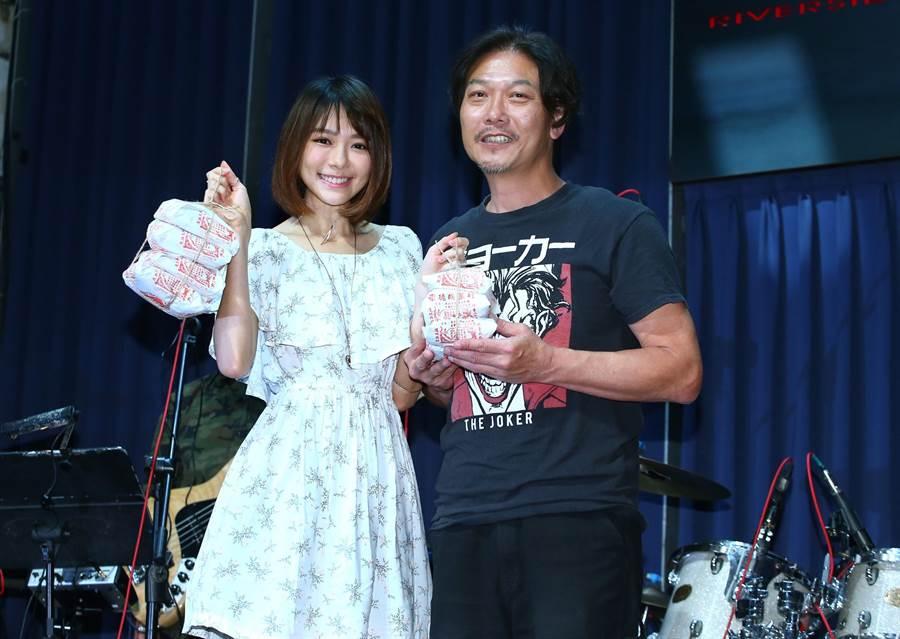 錢小豪(右)舉行「豪友愛,豪心有豪報迷你演唱會」採排記者會,林明禎到場支持。(粘耿豪攝)