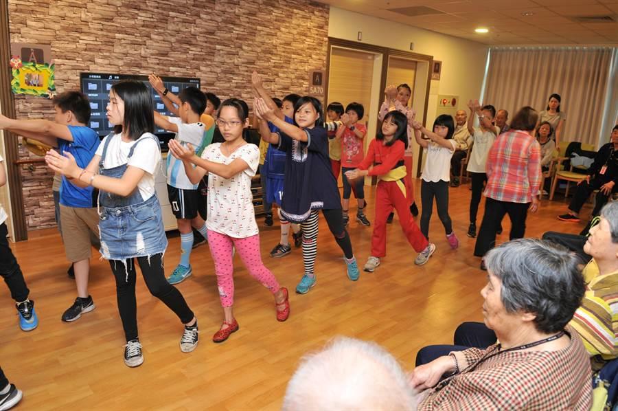 愛蘭國小小朋友至埔基長照教學大樓,帶來表演,與老人們互動。(廖肇祥攝)