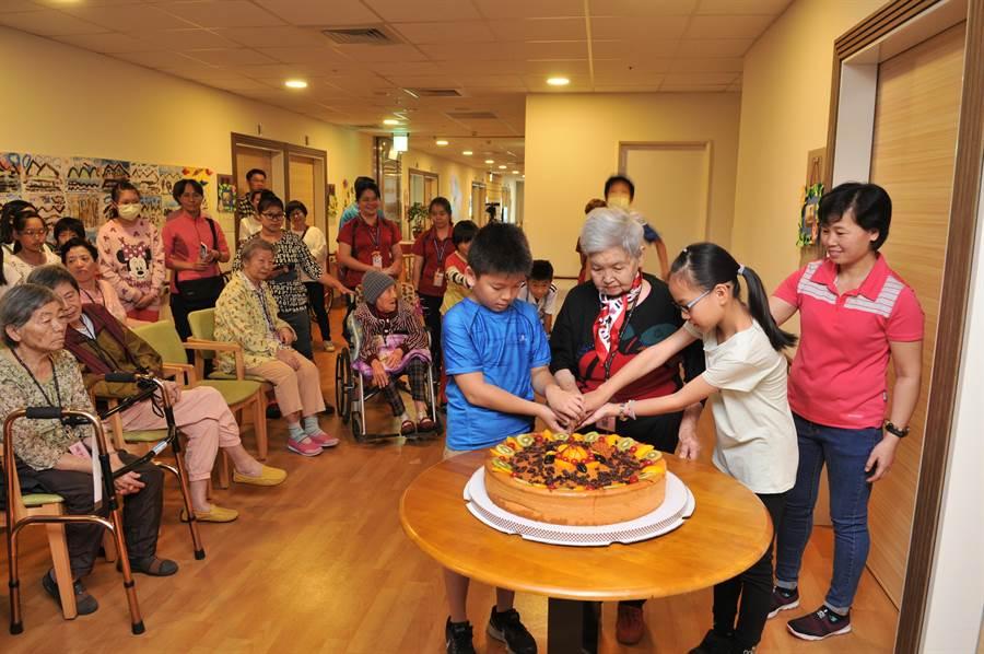 愛蘭國小小朋友至埔基長照教學大樓,與老人家們共同慶生。(廖肇祥攝)