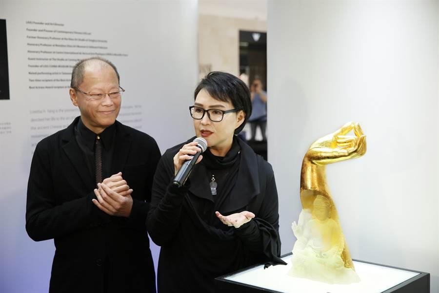 楊惠姍介紹「金佛手藥師琉璃光如來」。(琉璃工房提供)