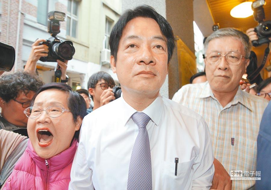 前行政院長賴清德(中)2日到台北市大稻埕徒步走訪商家時,支持者們圍繞,不斷為他加油。對民進黨中央提5月底完成初選草案,他則表示接受。(劉宗龍攝)