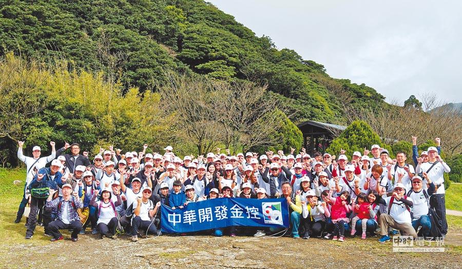 開發金控員工踴躍參與「跨越60迎向卓越」登山活動,足跡遍布全台及海外。(開發金控提供)