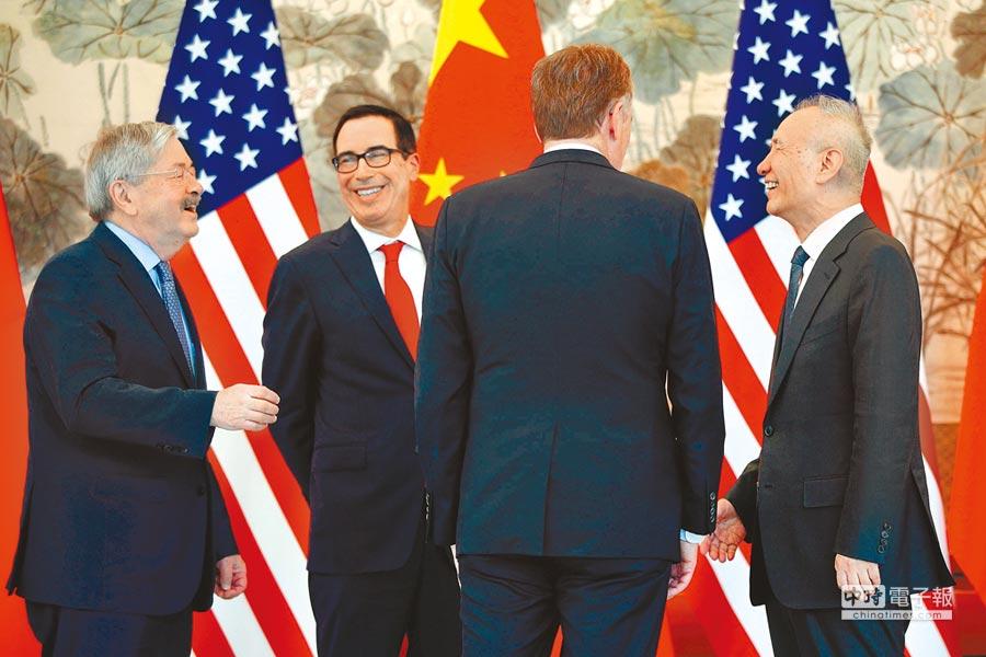 美國財政部長穆努欽(左二)與貿易代表萊海澤(右二)1日與大陸國務院副總理劉鶴(右一)舉行第10輪貿易談判。消息指出,陸美可能在10日達成貿易協議,終結貿易戰。(法新社)