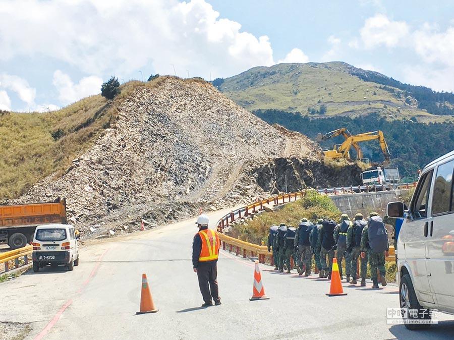 公路總局開挖合歡山小山頭,遭環保團體痛批。(翻攝台灣生態學會粉絲頁)